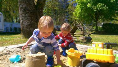 Muren bouwen in onze zandbakken!