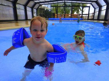 Overdekt zwembad met kinderen