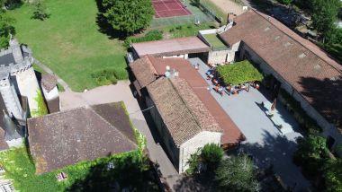 De bijgebouwen van het kasteel: Bar, Snack, Winkel, Receptie