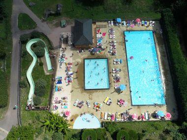 Verwamd zwembad, glijbaan