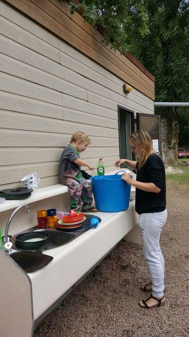 Avec Maman à la Vaisselle