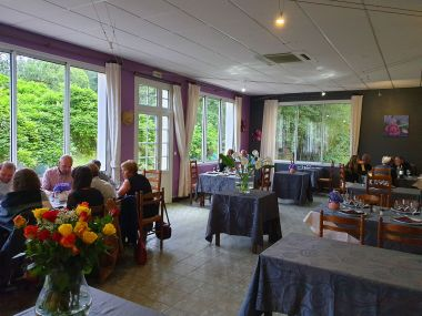 Restaurant, tables espacées même Chef