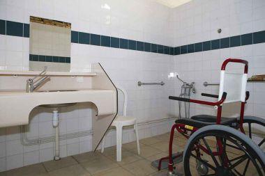 Aangepaste cabine in het sanitairgebouw