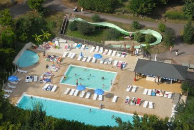 Verwarmd zwembad met glijbaan