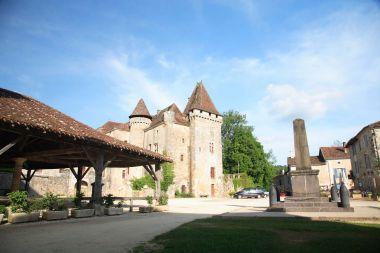 Saint-Jean-de-Côle - La halle et le château de la Marthonye