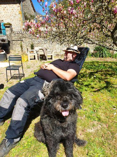 Met Moustache de hond... relax in Périgord !